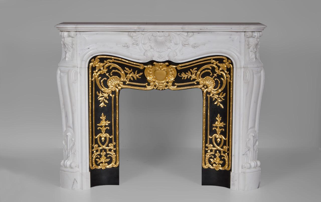 Madame du barry cheminée de style louis xv en marbre blanc de carrare avec intérieur en fonte doré ref du03